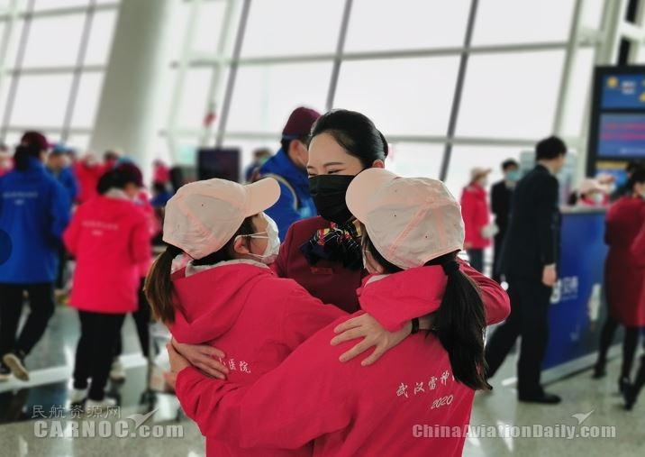 机组人员与医疗队互送祝福、深情拥抱