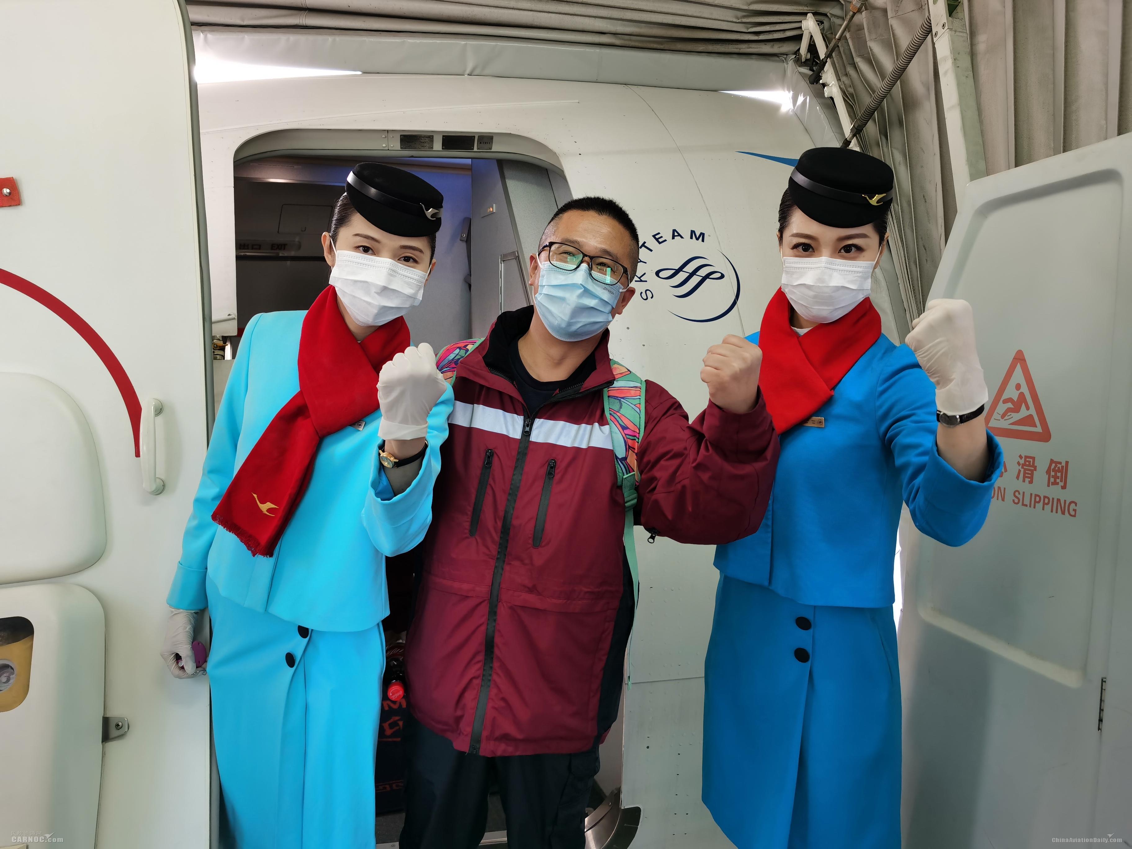 陈珈珈、航班乘务长张琪与赴宜昌的医护人员合影