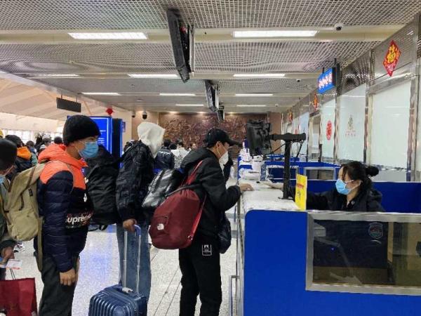 川航首个复学包机航班抵蓉 运送194名师生返校