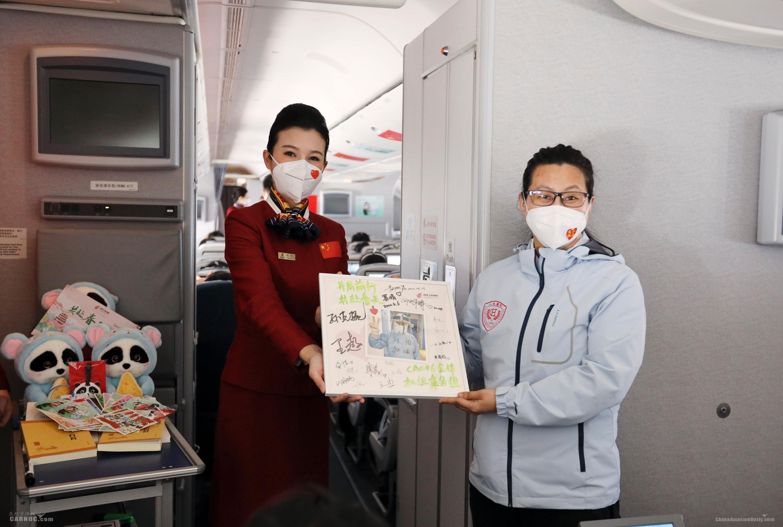 国航派机接国家援鄂医疗队返京