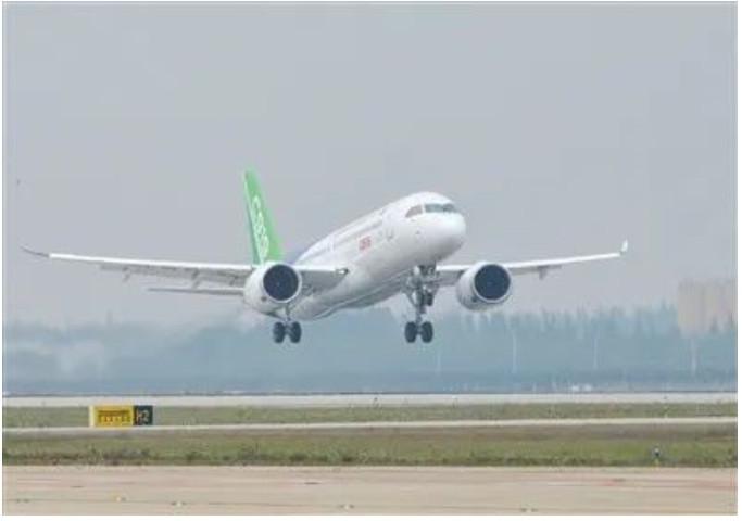 中国首款国际主流水准的干线客机C919在上海浦东国际机场首飞。资料图。图/新京报网