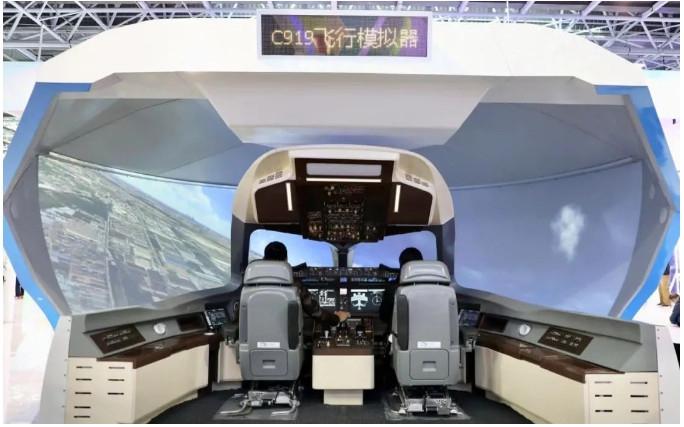 嘉宾在C919飞行模拟机中体验驾驶飞机。资料图。图/新京报网