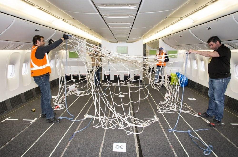 777飞机上增加了固定货物的绳网。来源:加航