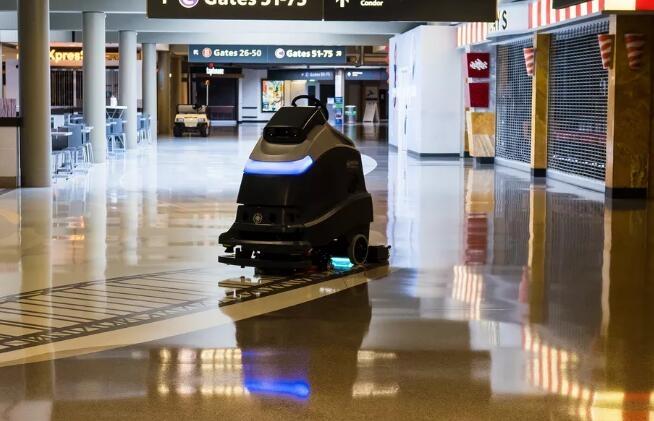 全美首家 匹兹堡机场使用紫外线清洁机器人
