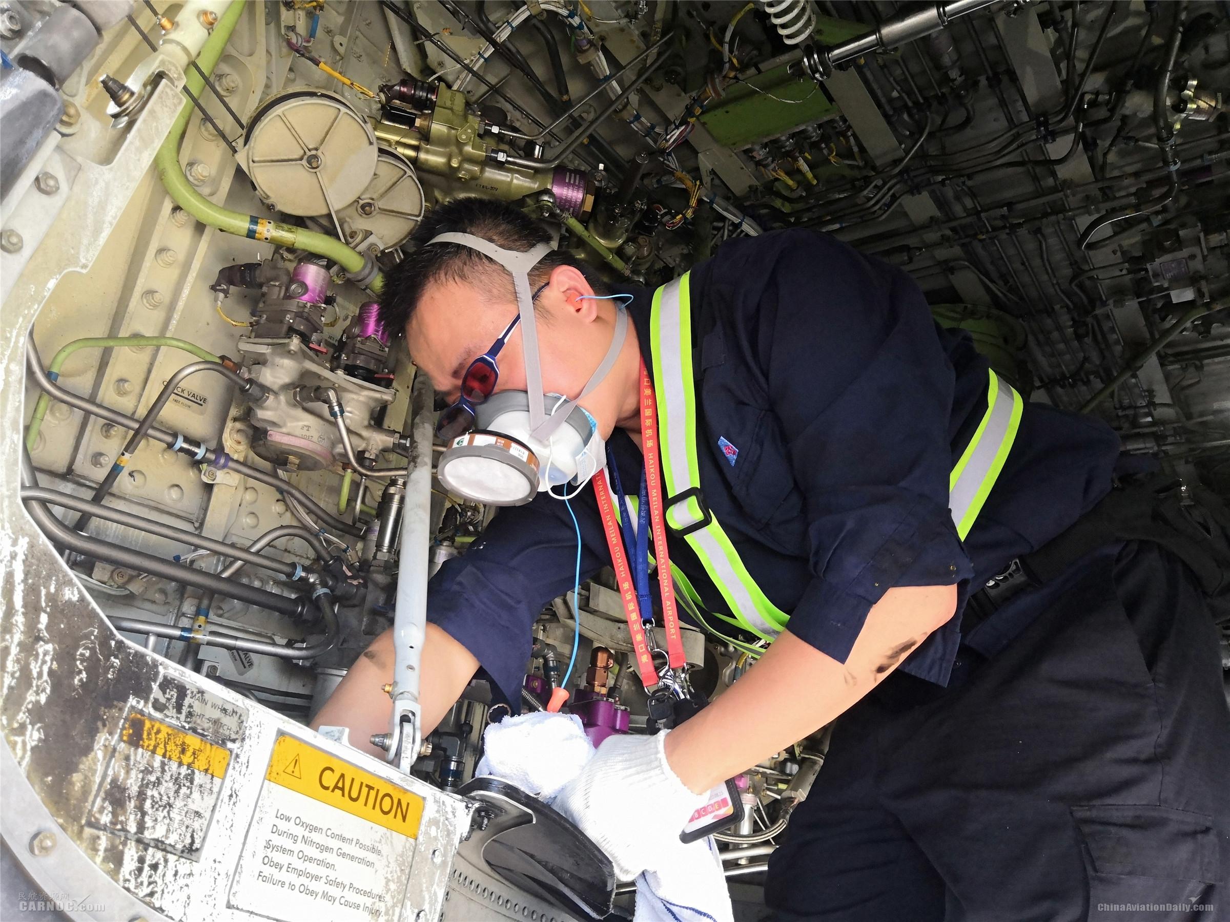 南航海口机务保障航班安全:60℃高温下坚守120分钟
