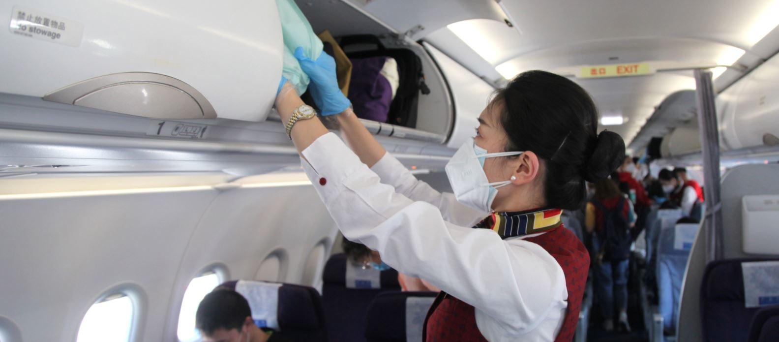 国航CA1742定制包机航班乘务员放置手提行李