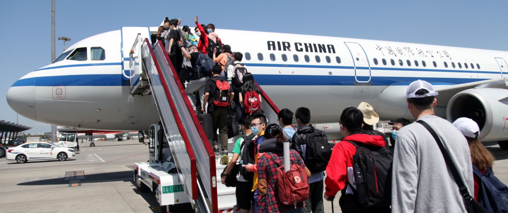川籍淅大学子从成都双流机场登机