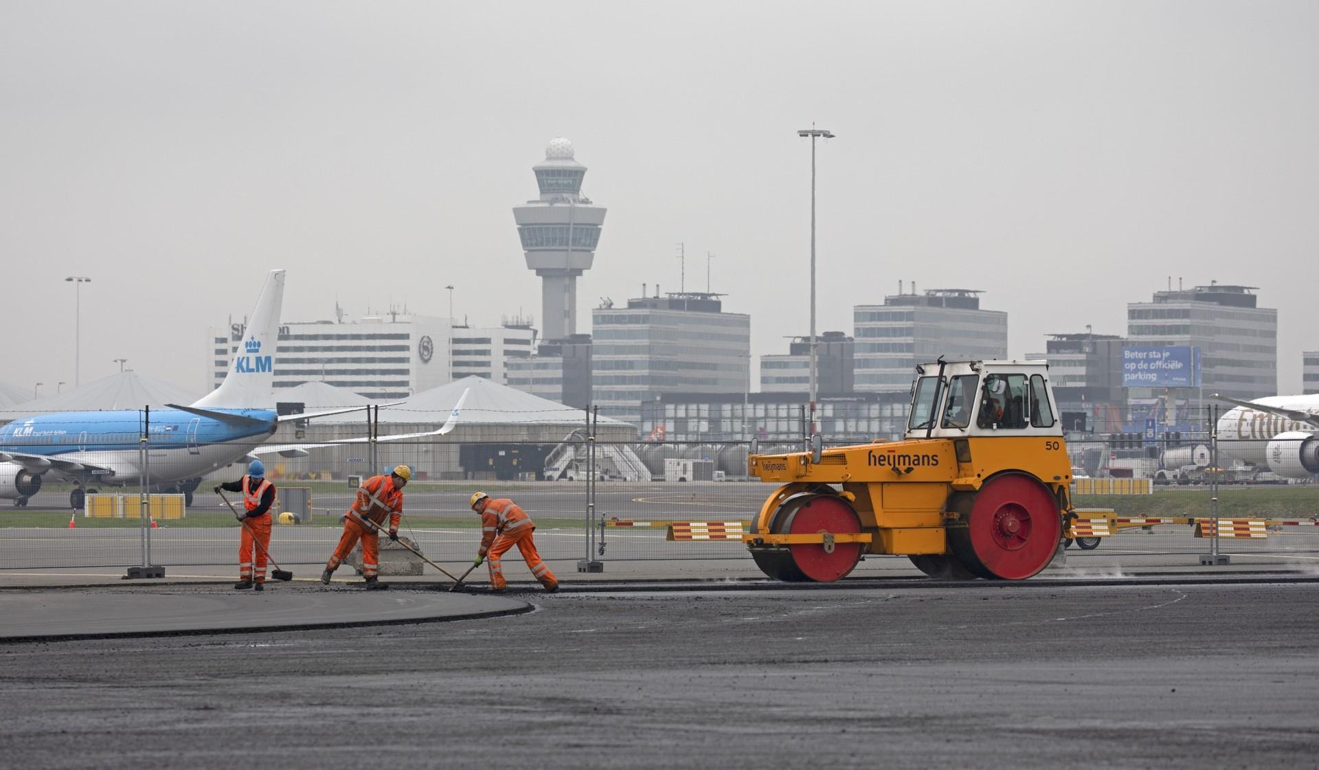 史基浦机场暂时关闭一条跑道 开展维修工作