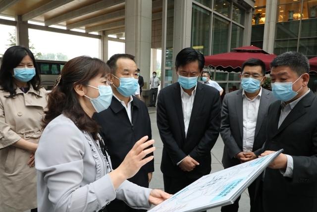 吕尔学在首都机场专机楼听取两会代表团抵离保障流程汇报