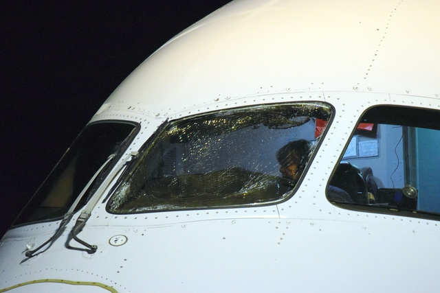 从中国起飞 美联航飞机太平洋上驾驶舱玻璃破裂急降日本