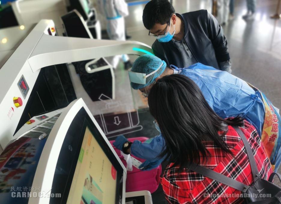 伊寧機場啟用自助行李托運設備