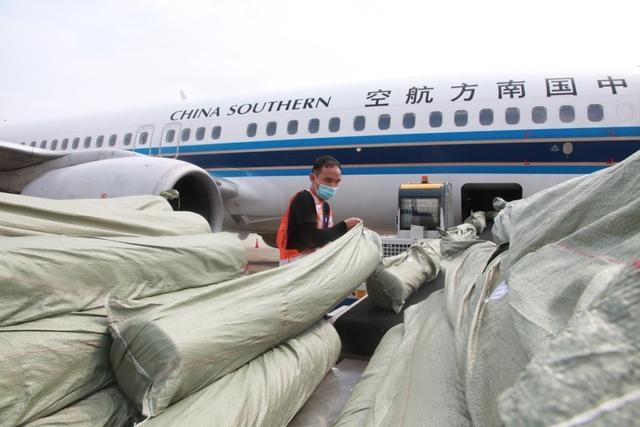 """广西首个""""客改货""""航班 6吨物资运抵胡志明"""