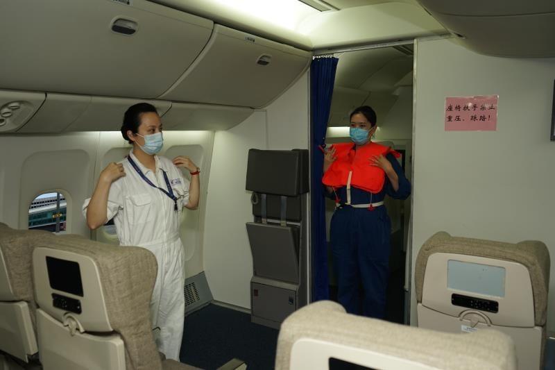 东航为国产客机ARJ21恢复线下乘务培训