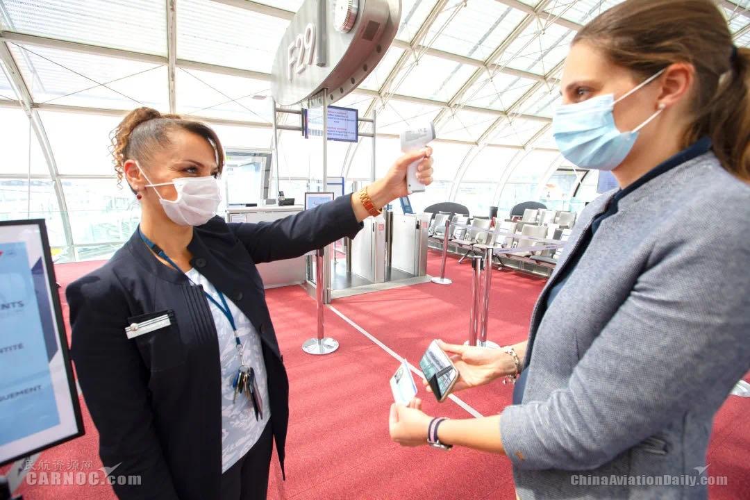 法航工作人员在机场为乘客测量体温     法航供图