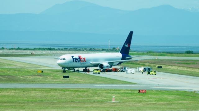 美国联邦快递客机落地后冲进草地动弹不得 2周2起类似事件