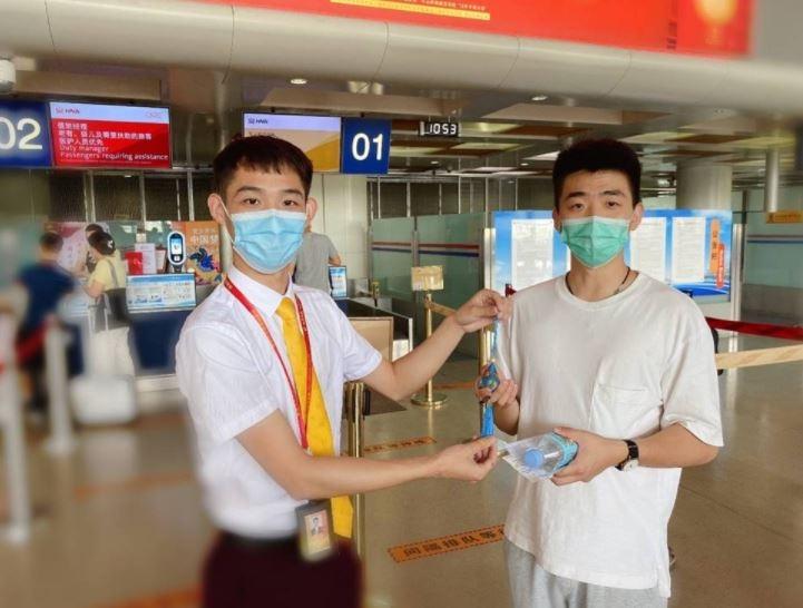 海南航空西安、太原等多地值机柜台为旅客特别准备寓意健康平安的端午香囊