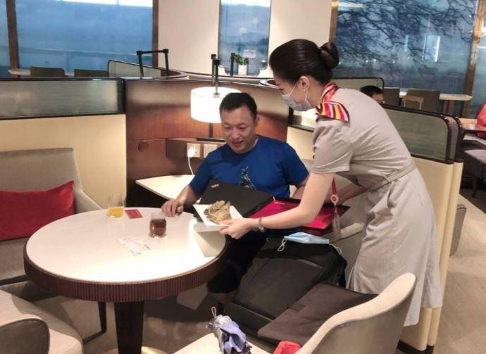 海南航空贵宾室工作人员为旅客送上精心准备的粽子和端午祝福