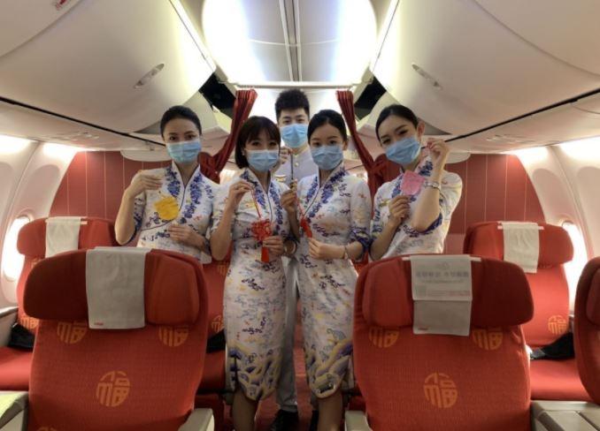 海南航空端午节主题航班乘务组展示为旅客准备的香囊