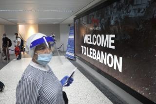 """7月1日,位于黎巴嫩首都贝鲁特的拉菲克·哈里里国际机场打出""""欢迎来黎巴嫩""""的标语。新华社发(比拉尔•贾维希摄)"""