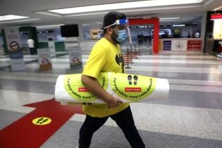 7月1日,在位于黎巴嫩首都贝鲁特的拉菲克·哈里里国际机场,工作人员设置提醒保持社交距离的标识。新华社发(比拉尔•贾维希摄)