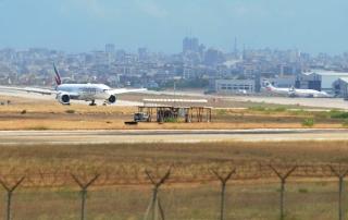 7月1日,一架阿联酋航空公司客机抵达位于黎巴嫩首都贝鲁特的拉菲克·哈里里国际机场。新华社发(比拉尔•贾维希摄)