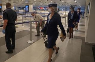 7月1日,一航班机组人员抵达位于黎巴嫩首都贝鲁特的拉菲克·哈里里国际机场。新华社发(比拉尔•贾维希摄)