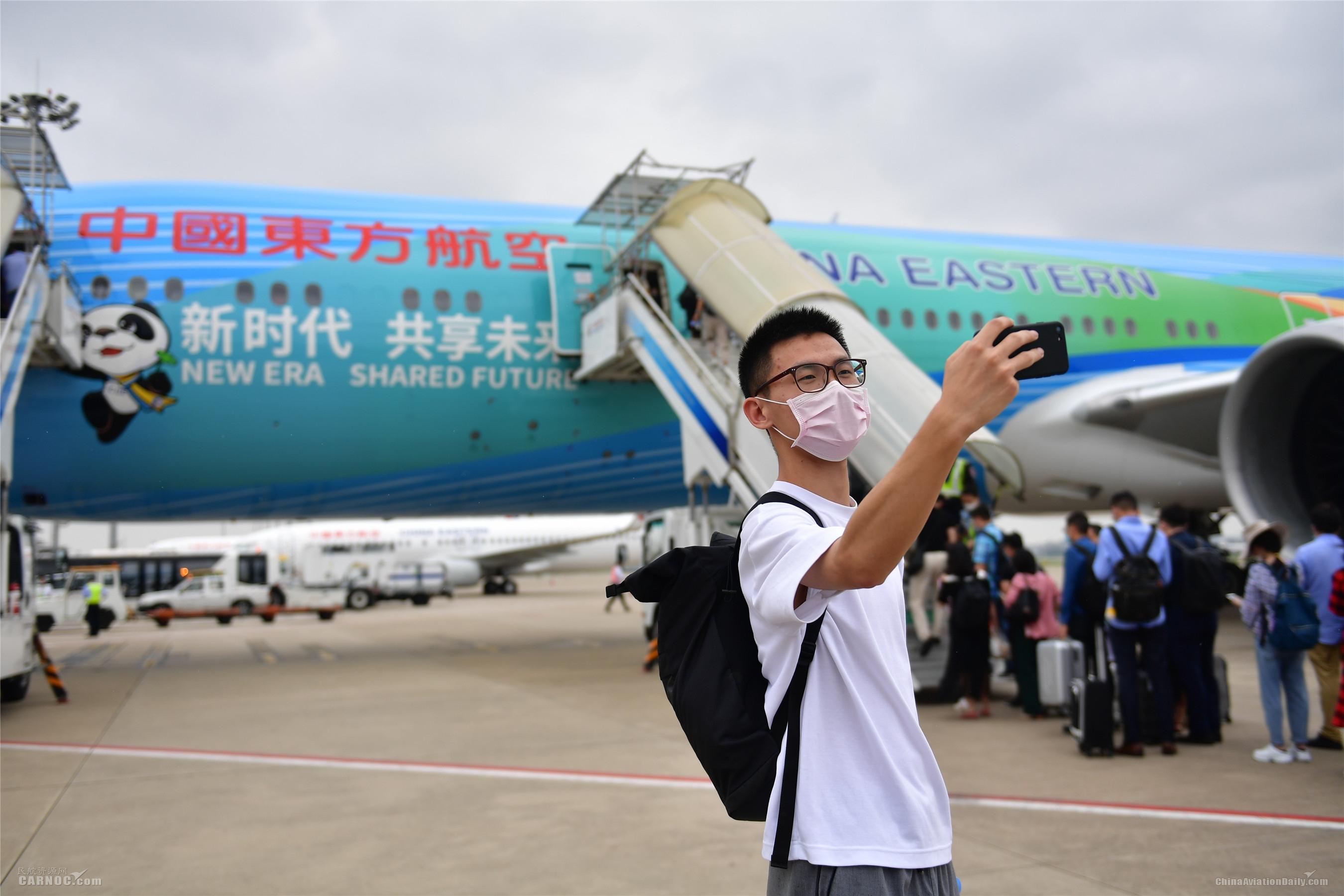 """全球首架""""进博号""""主题彩绘飞机首航       东航供图"""