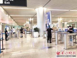 """黃花機場啟用自助健康碼閘機驗證通道 旅客最快3秒""""零接觸""""通關"""