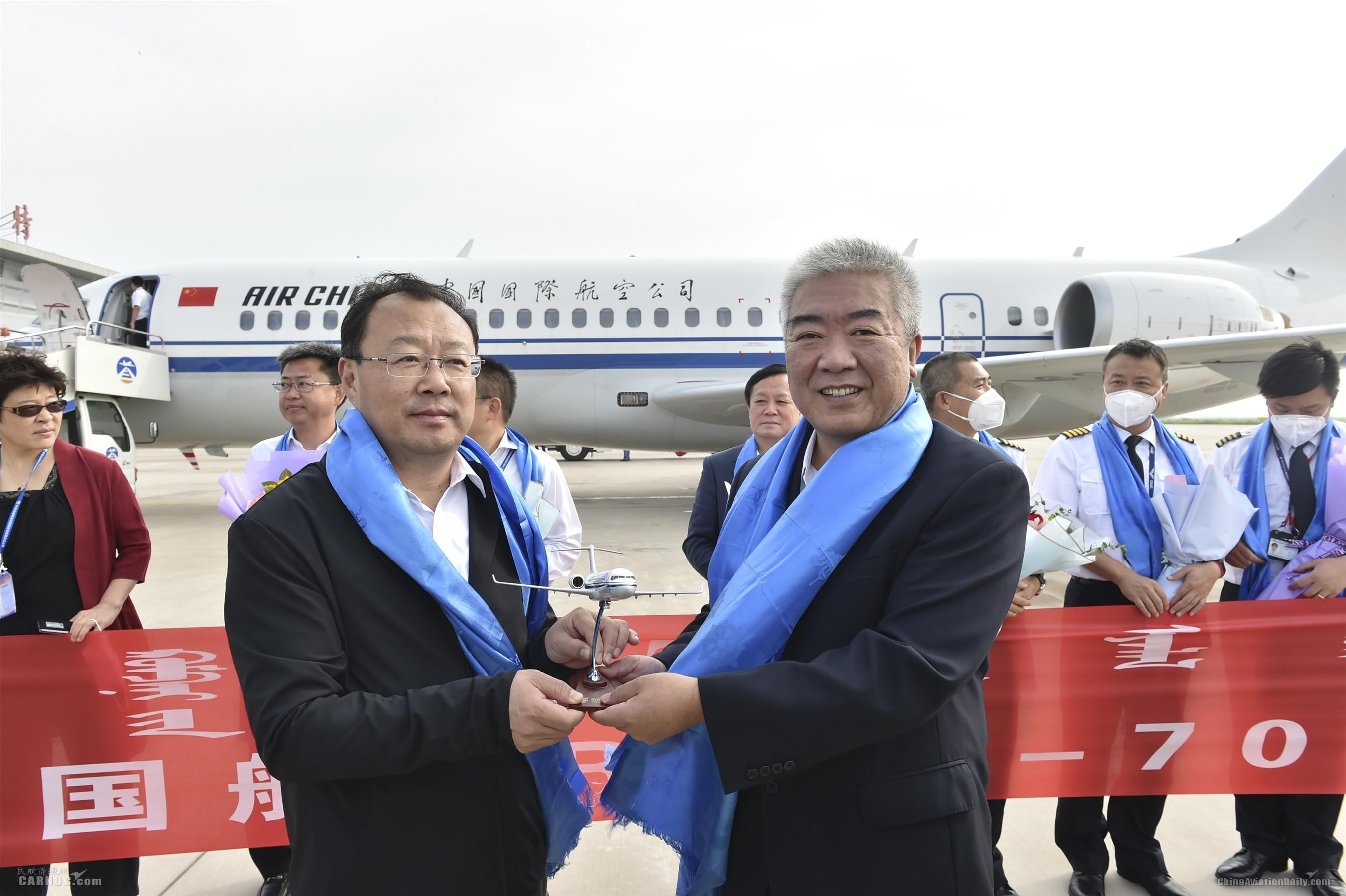 7.国航副总裁柴维玺代表国航向锡林郭勒盟盟委副书记、盟长霍照良赠送国航ARJ21飞机定制版机模。吕俊杰摄