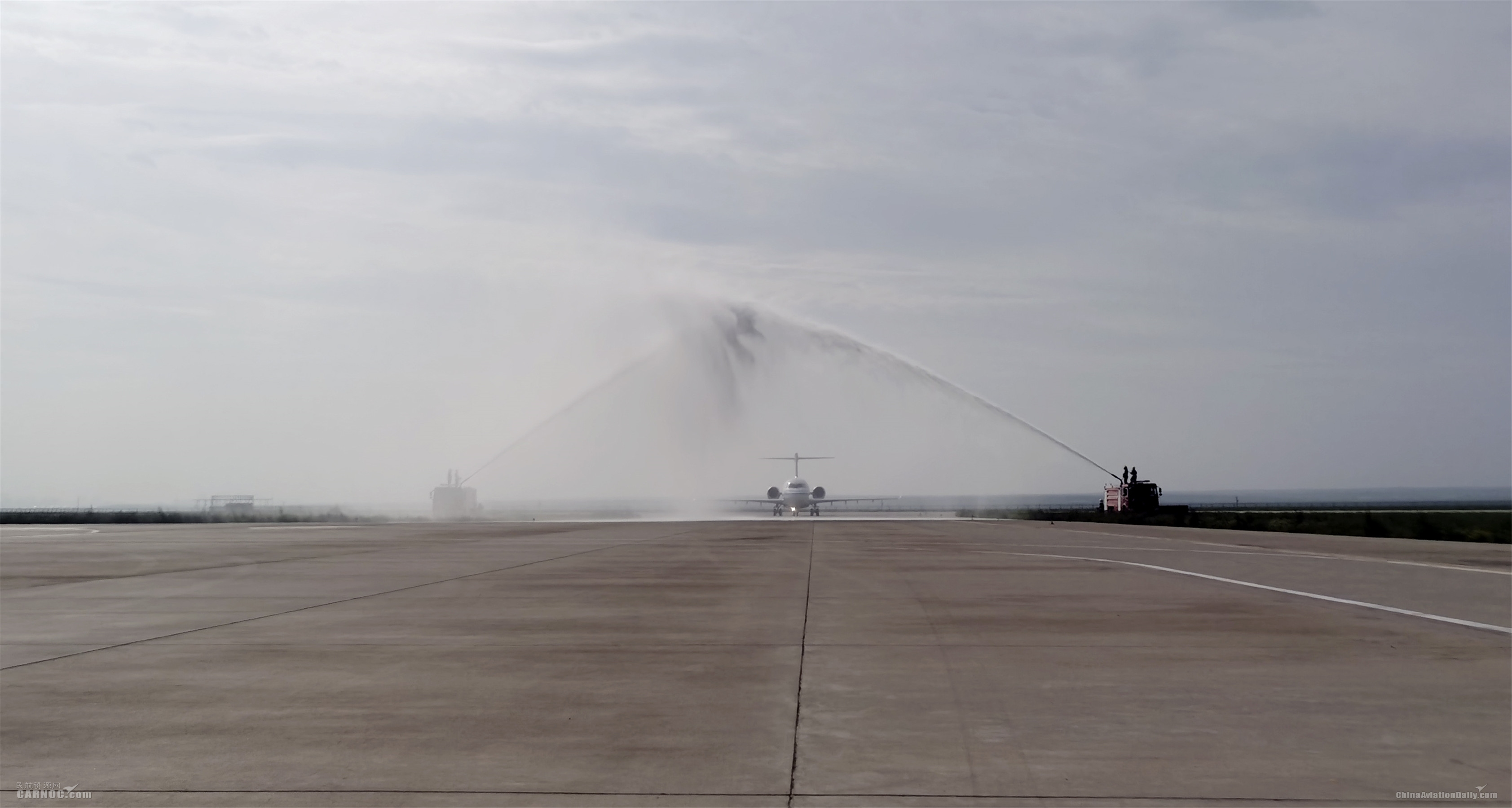"""5.飞机落地锡林浩特,当地机场用民航界最高礼遇""""过水门""""庆祝国航ARJ21飞机首航成功。陈灏摄"""
