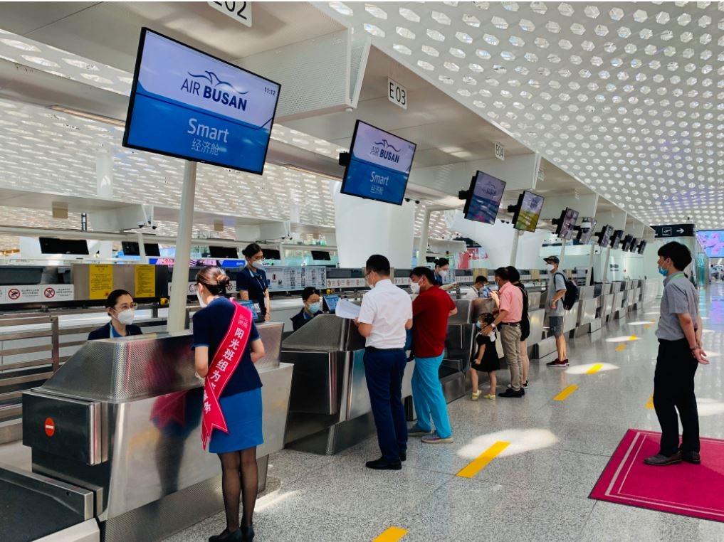 复航后,首批深圳出港旅客正有序办理值机手续
