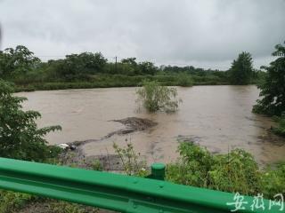 合肥新橋機場周邊干渠水位猛漲 防汛人員全部上崗