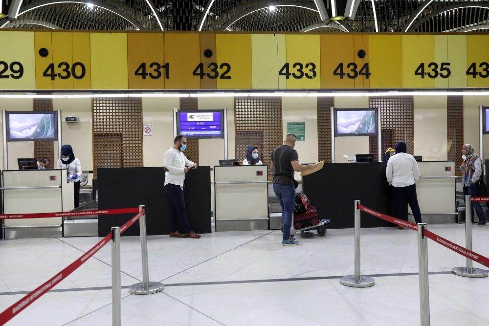 7月23日,在伊拉克巴格达国际机场,乘客办理值机手续。