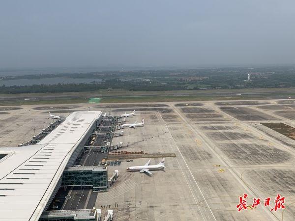 武汉机场日航班量突破400架次 恢复至疫情前75%