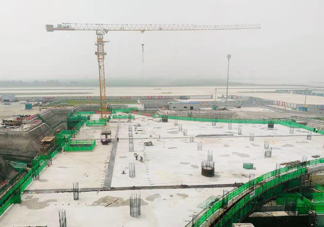 下穿京雄、京安城际轨道,大兴机场航站楼卫星厅局部封顶
