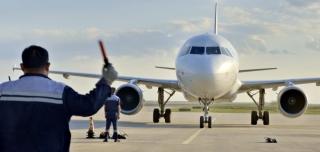 鄂尔多斯机场机务人斗雷暴、战酷暑、保安全