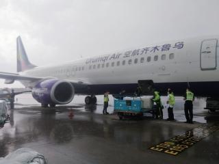 乌鲁木齐航空执行客改货包机 助力新疆疫情防控