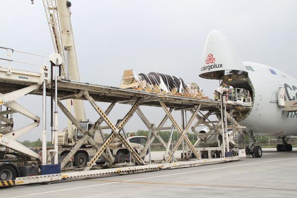 """单件重达32.58吨!又一""""巨无霸""""顺利降落郑州机场"""