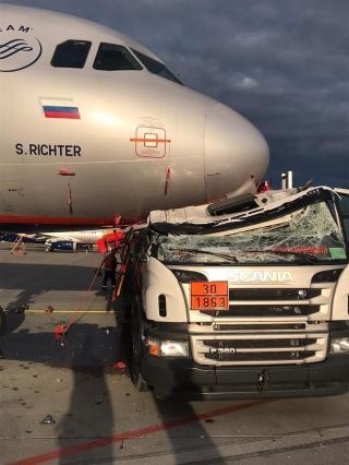 俄罗斯谢列梅捷沃机场一加油车与飞机相撞