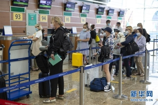 8月1日,在俄罗斯首都莫斯科的谢列梅捷沃机场,乘客等候办理登机手续。 新华社发(亚历山大摄)