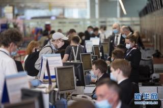 8月1日,在俄罗斯首都莫斯科的谢列梅捷沃机场,乘客在办理登机手续。 新华社发(亚历山大摄)