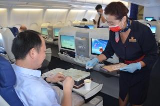 东航西北飞行40年客舱经理作别蓝天 含泪服务旅客