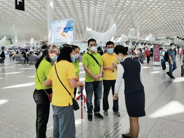 深航组织视障人士体验乘机出行服务