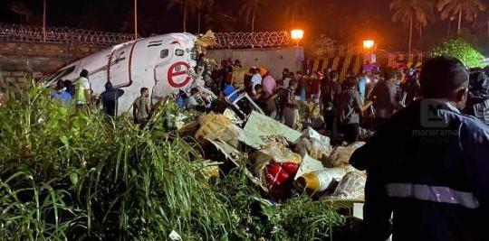 印度客机冲出跑道 来源:央视新闻