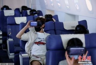 """8月14日消息,日本东京,First Airlines推出VR飞行体验,消费者在360度欣赏城市风光的同时还可以享受到""""空姐""""的机舱服务。"""