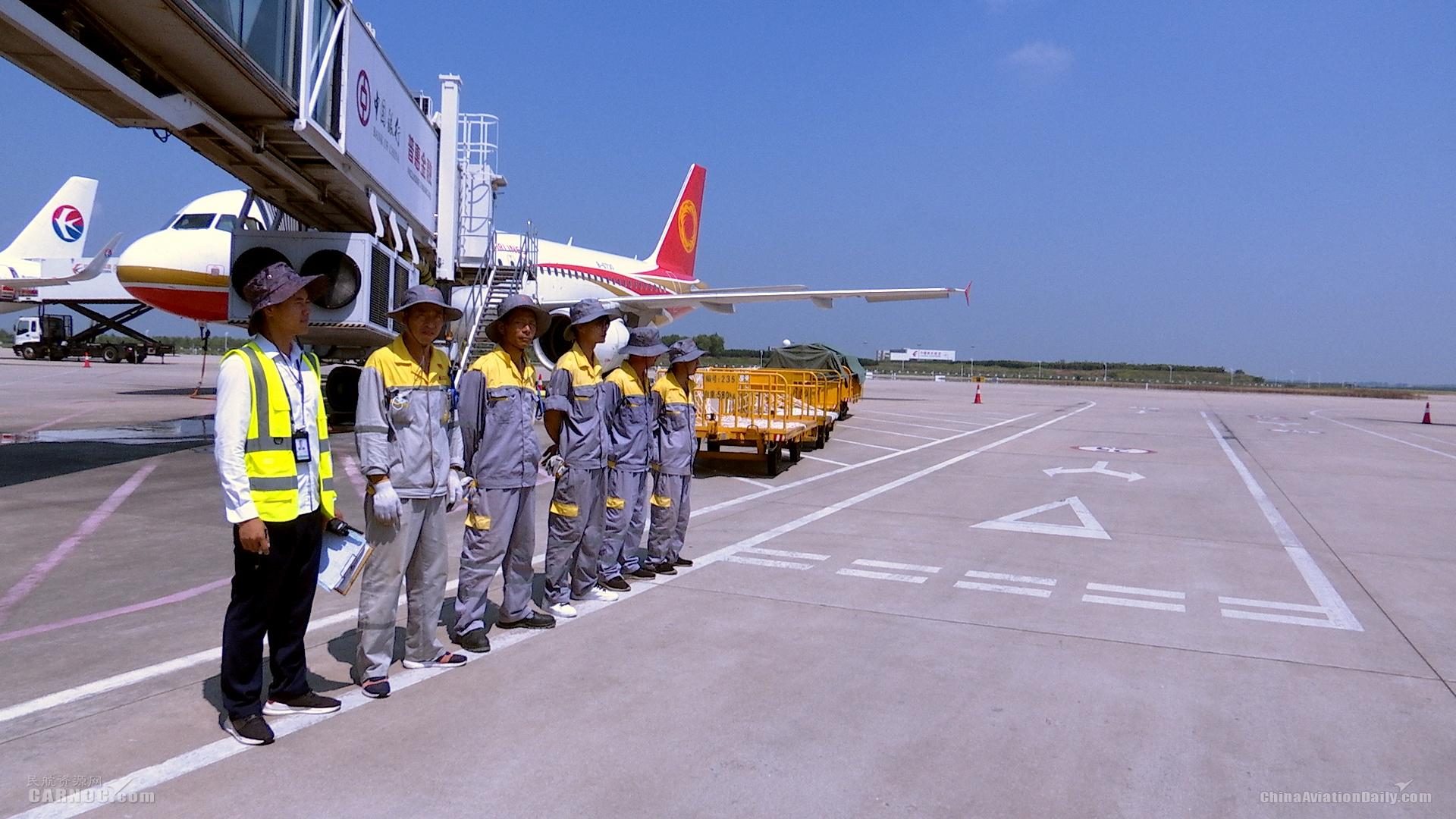 暑运战高温—合肥机场机坪上的劳动者