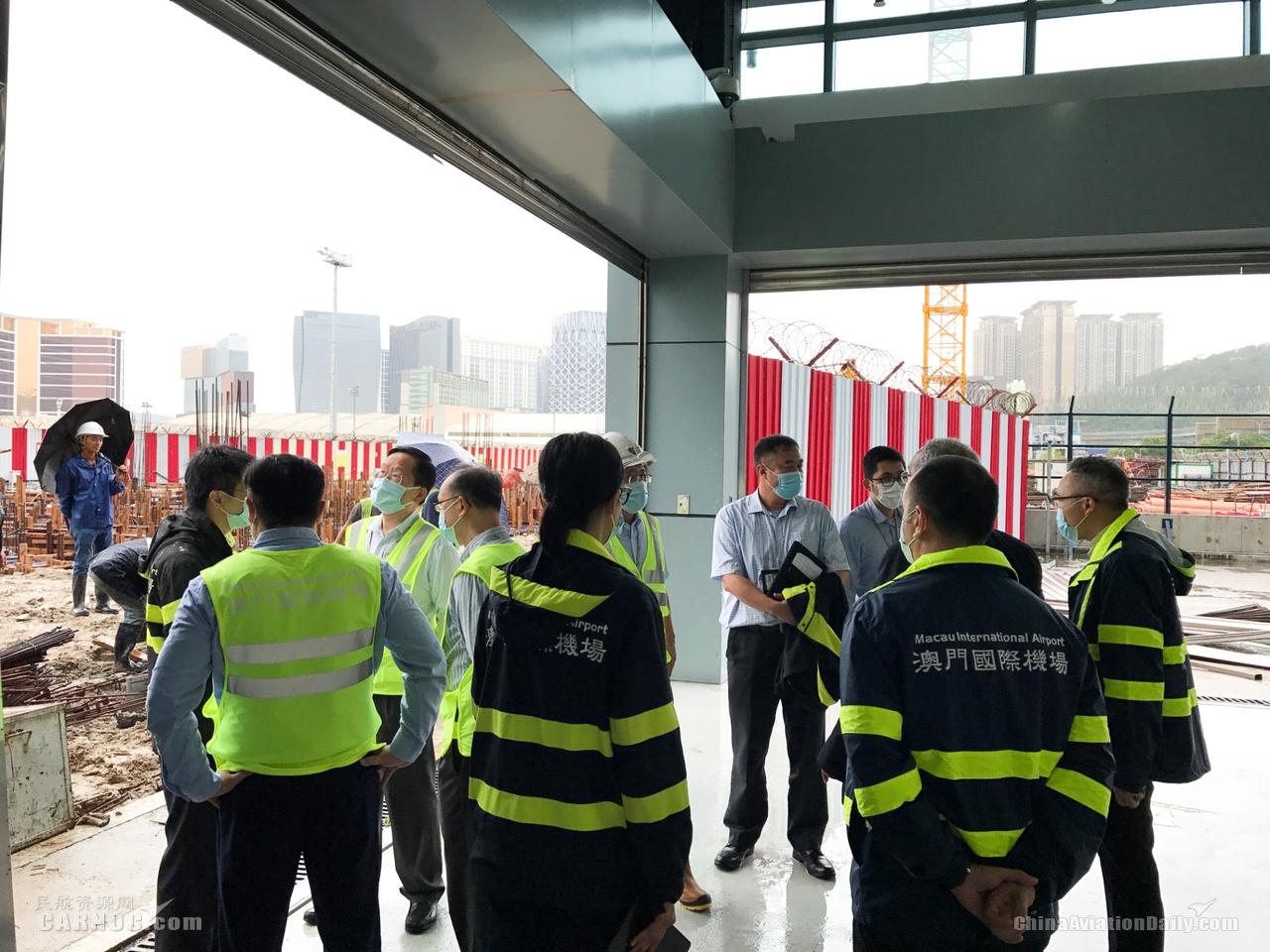 澳门机场执行董事于台风后视察机场受损情况