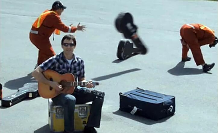 一名歌手因为美联航粗暴装卸暴力投掷吉他导致吉他损坏,创作了MV《美联航摔了我的吉他》,获得了海量关注。