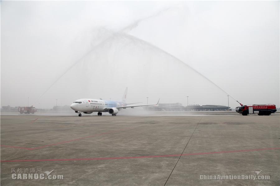 主题航班活动上,嘉宾与机组人员共同庆祝首航。摄影:陶冉