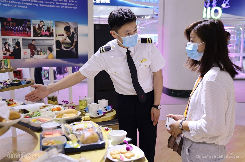 国航金凤组乘务员展示机上精美餐食